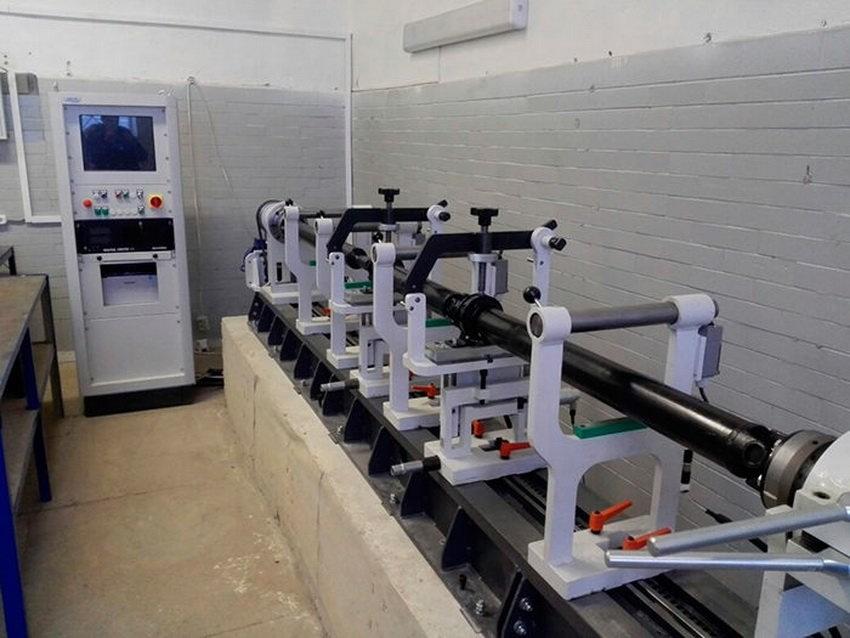 Балансировка карданного вала осуществляется на сертифицированном оборудовании CIMAT СМТ-250WN европейского производства. Этот стенд обладает высокой точностью (0,5 г*мм/кг), степень которой соответствует требованиям стандарта ISO 1940. Любой кардан после выполнения соответствующих операций будет иметь оптимальный баланс. Оборудование позволяет работать с валами длиной до 4,6 метров и массой до 250 кг. Наш стенд также позволяет полностью устранять неуравновешенность сложных узлов, конструктивно включающих в себя несколько карданов, таких как лимузины, длиннобазные микроавтобусы и грузовые автомобили с 2 подвесными подшипниками.
