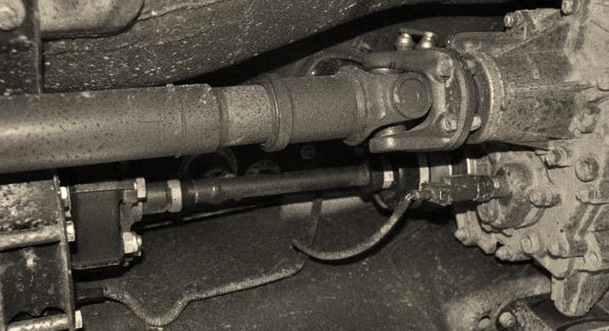 Погнутая труба выступает причиной выхода из строя всего карданного механизма.