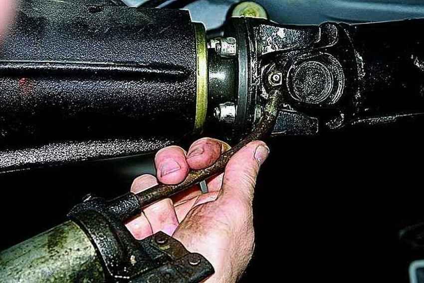 Рекомендуется производить смазку элементов карданной передачи, не реже чем несколько раз в год или на каждые 10 000 км пробега, при нормальной городской эксплуатации автомобиля.