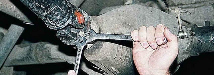 Карданный вал снимают с автомобиля для ремонта или при замене его на новый.