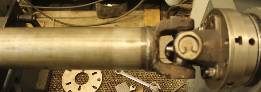 Труба карданного вала – это собственно трубчатый вал, состоящий из нескольких частей, соединенных карданным шарниром.